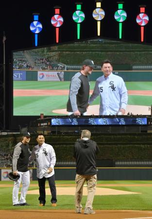 エンゼルス戦の始球式に臨む、ホワイトソックスOBでロッテの井口資仁内野手(中央)=28日、シカゴ(共同)
