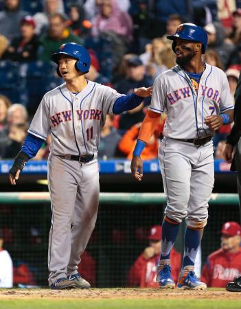 フィリーズ戦の5回、四球で出塁後、後続の適時打で生還したメッツ・青木(左)=フィラデルフィア(共同)