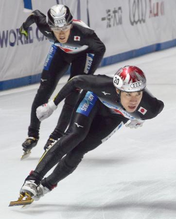 男子5000メートルリレー決勝で滑走する坂爪(手前)と渡辺啓=ブダペスト(共同)