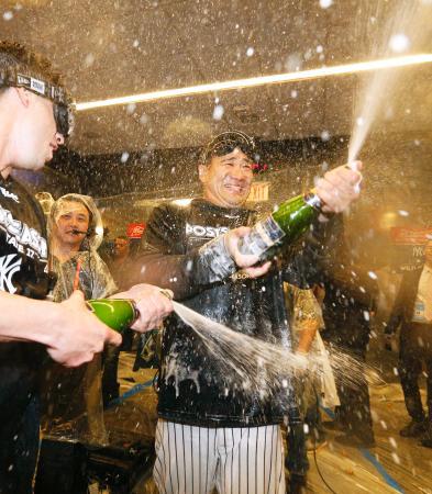 ツインズに勝って地区シリーズ進出を決め、チームメートとシャンパンをかけ合うヤンキース・田中=ニューヨーク(共同)