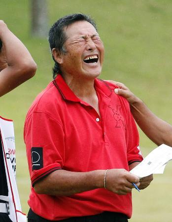 男子ゴルフのツアーワールド・カップでエージシュートを達成し、感極まった表情を見せる70歳の尾崎将司選手=6日、愛知県豊田市の京和CC