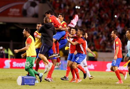W杯本大会出場が決まり、喜ぶコスタリカの選手たち=7日、サンホセ(ロイター=共同)