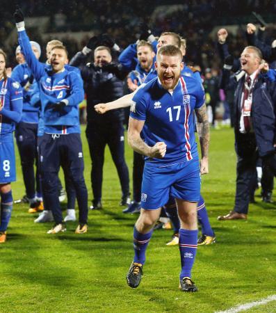 コソボ戦を終えて喜ぶアイスランドの選手たち=レイキャビク(AP=共同)