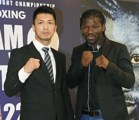 再戦が決まりポーズをとる、WBAミドル級王者のアッサン・エンダム選手(右)と村田諒太選手=8月3日、東京都内