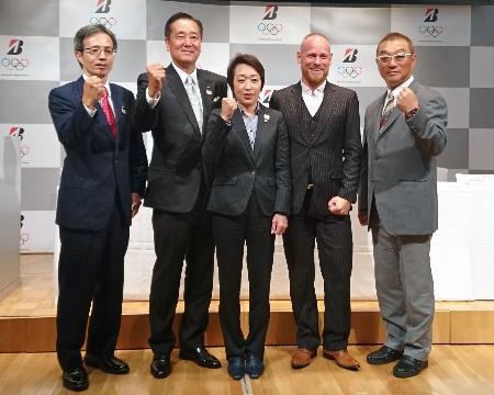 ブリヂストンから機材供給を受けることを発表した日本自転車競技連盟の橋本聖子会長(中央)ら関係者。右端は中野浩一選手強化委員長=10日、東京都港区