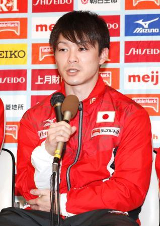 カナダで行われた体操の世界選手権から帰国し、記者会見する内村航平=10日午後、成田空港