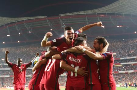 W杯欧州予選、スイス戦での2点目に大喜びするポルトガルの選手たち=10日、リスボン(AP=共同)