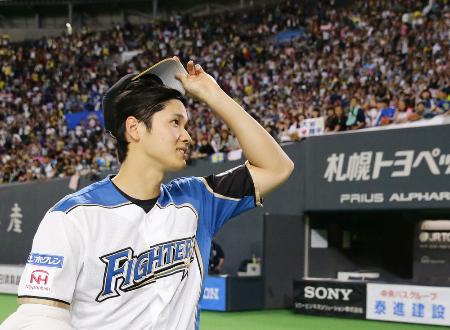 今季本拠地最終戦を終え、ファンの歓声に応える日本ハムの大谷翔平選手=10月4日、札幌ドーム