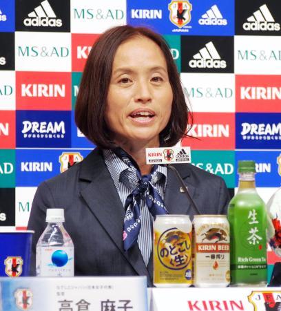 スイス戦のメンバーを発表するサッカー女子日本代表の高倉監督=11日、東京都文京区
