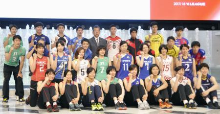 バレー・プレミアリーグの開幕記者会見で記念撮影に応じる男女各チームの選手たち=11日、東京都内