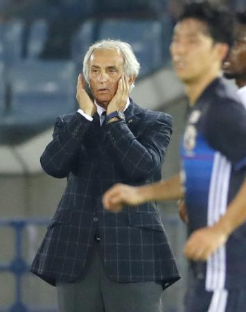 日本―ハイチ 後半、厳しい表情で試合を見守るハリルホジッチ監督=日産スタジアム