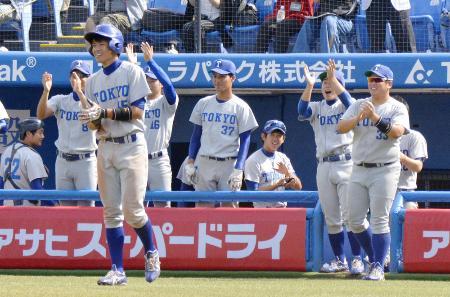 東京六大学野球リーグの法大戦で、4回の田口の3ランを喜ぶ東大の選手たち。法大に連勝し東大は15年ぶりの勝ち点を挙げた=10月8日、神宮球場