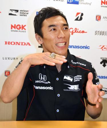 自動車のインディカー・シリーズのシーズンを終え、インディアナポリス500マイルでの優勝などを振り返る佐藤琢磨