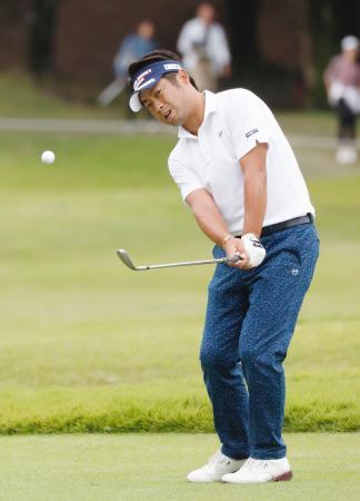 第3日、15番でチップインイーグルを奪う池田勇太。通算10アンダーで首位=岐阜関CC
