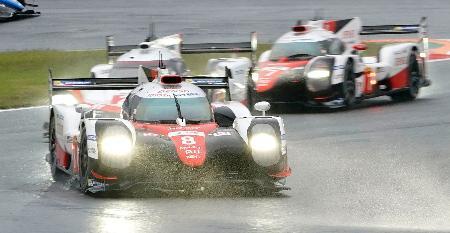 第7戦で優勝したトヨタ8号車。奥右は2位のトヨタ7号車=富士スピードウェイ
