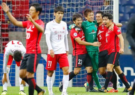 上海上港を破って決勝進出を決め、喜ぶ浦和・槙野(右から2人目)ら=埼玉スタジアム