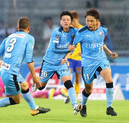 川崎―仙台 後半、同点ゴールを決め喜ぶ川崎・小林(右)=等々力