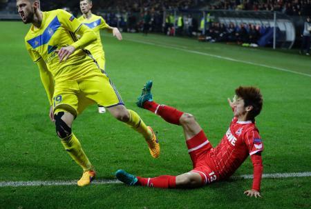 サッカー欧州リーグの1次リーグ、ボリソフ戦で相手選手と激しく競り合うケルンの大迫勇也(右)=19日、ボリソフ(AP=共同)