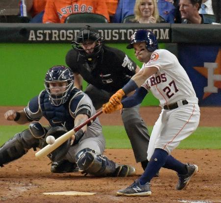 ヤンキース戦の8回、本塁打を放つアストロズのアルテューベ=ヒューストン(共同)