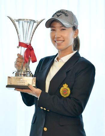 今季2勝目を挙げ、笑顔の上田桃子。最終日の競技が台風接近のため中止となった=マスターズGC
