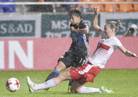 日本―スイス 試合終了間際、2点目のゴールを決める田中(左)=長野U