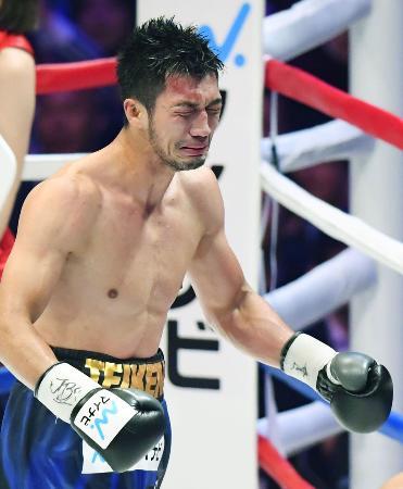 王者アッサン・エンダムに7回終了TKO勝ちし、感極まる村田諒太=両国国技館
