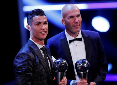23日、ロンドンで開かれた国際サッカー連盟(FIFA)の表彰式で、男子最優秀選手に選ばれたポルトガル代表FWロナルド(左)と男子最優秀監督に選ばれたRマドリードのジダン監督(ロイター=共同)
