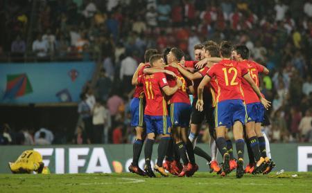 サッカーのU―17W杯インド大会準決勝、マリを破って決勝進出を決めたスペインの選手たち=25日、ムンバイ(AP=共同)