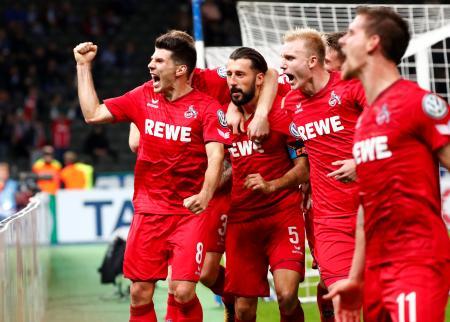 サッカーのドイツ杯2回戦、ヘルタ戦でゴールを喜ぶケルンの選手たち=25日、ベルリン(ロイター=共同)