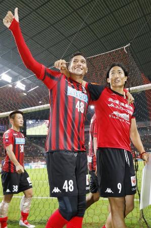 第19節で浦和を破り、サポーターの声援に応える札幌のジェイ(左)と都倉。残留を目指すチームの攻撃を引っ張る=札幌ドーム