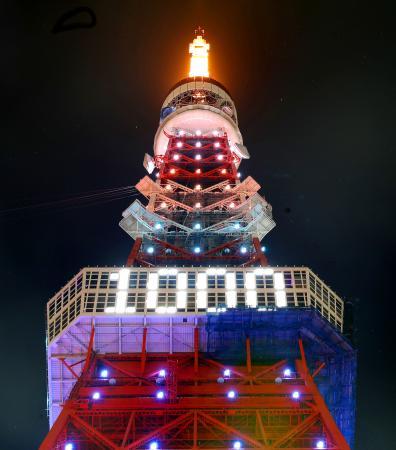 2020年東京五輪まで28日であと千日となるのを記念し、ライトアップされた東京タワー=27日夜、東京都港区