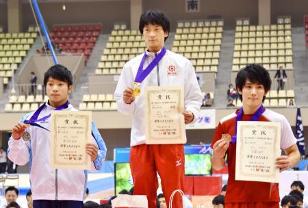 男子の個人総合で優勝した山本翔一(中央)ら。右は3位の加藤凌平=四日市中央緑地体育館