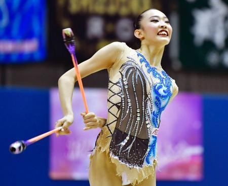 女子個人総合で初優勝した立沢孝菜のクラブ=千葉ポートアリーナ