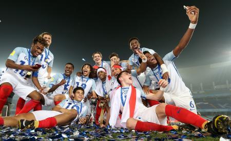 サッカーのU―17W杯インド大会、スペインを破って初優勝したイングランドの選手たち=28日、コルカタ(ゲッティ=共同)
