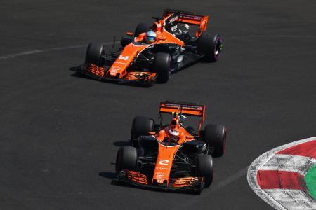 F1メキシコGP予選、マクラーレン・ホンダのストフェル・バンドーン(手前)とフェルナンド・アロンソ=28日、メキシコ市(ゲッティ=共同)