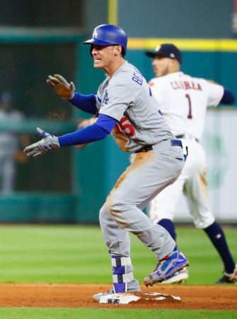 アストロズ戦の9回、勝ち越し二塁打を放ち、手をたたくドジャースのベリンジャー=ヒューストン(共同)