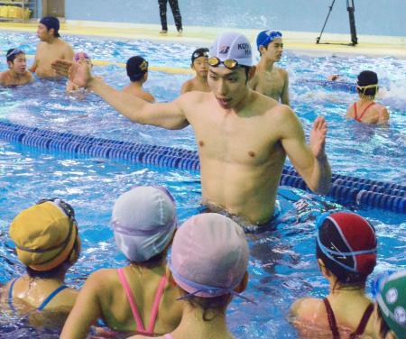 水泳教室で子どもたちを指導する萩野公介=29日、東京都小平市