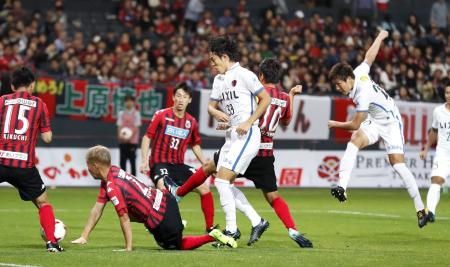 札幌―鹿島 後半、先制ゴールを決める鹿島・三竿(右端)=札幌ドーム