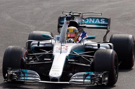 F1メキシコGPで総合優勝を決め、喜ぶメルセデスのハミルトン=メキシコ市(AP=共同)