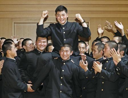 日本ハムから1位指名を受け、笑顔でガッツポーズする早実高の清宮幸太郎内野手=10月26日午後、東京都国分寺市