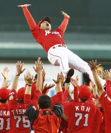 2年連続のセ・リーグ優勝を決め、胴上げされる広島の緒方孝市監督=9月18日、甲子園球場