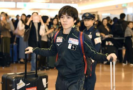 GP通算3勝目となったスケートカナダから帰国した宇野昌磨=31日午後、羽田空港