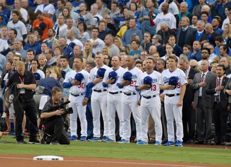 ワールドシリーズ第6戦を前に、ニューヨークで起きたテロの犠牲者に黙とうするドジャースの選手たち=10月31日、ロサンゼルス(共同)