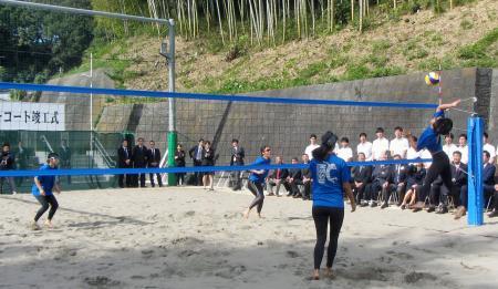日体大の健志台キャンパスに新設されたビーチバレーコートでプレーする学生ら=1日午後、横浜市青葉区
