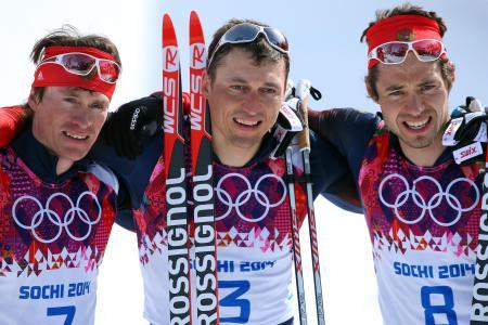 ソチ五輪のノルディックスキー距離男子50キロフリーで優勝したロシアのアレクサンドル・レグコフ(中央)=2014年2月(ゲッティ=共同)
