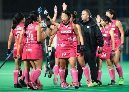 マレーシアに勝利し、喜ぶ日本チーム=川崎重工ホッケースタジアム