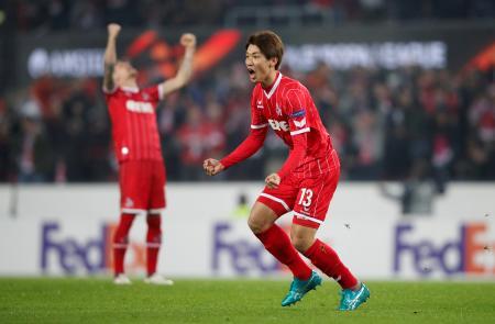 欧州リーグの1次リーグH組、ボリソフ戦でゴールを喜ぶケルンの大迫勇也=2日、ケルン(ロイター=共同)