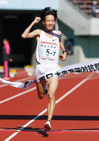 優勝したホンダのアンカー・松村優樹=熊谷スポーツ文化公園陸上競技場