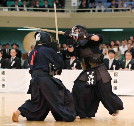 決勝で内村良一(左)を攻める西村英久=日本武道館