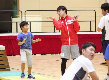 体操教室で子どもの指導をする内村航平=4日、福岡県太宰府市